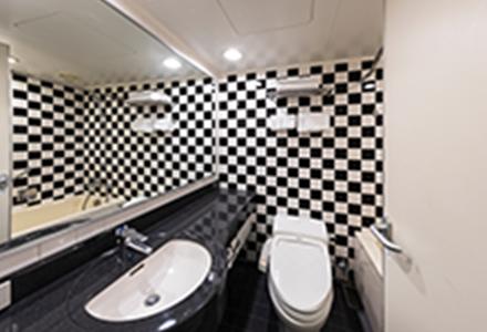 市松模様をあしらった140cmのバスルーム